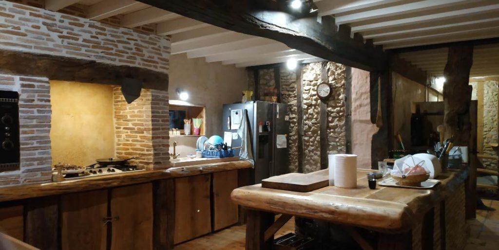 vue globale de la cuisine, îlot et plan de travail